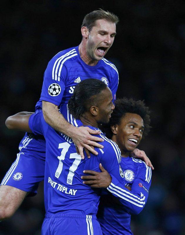 Hráči Chelsea Didier Drogba (11), Branislav Ivanovič (nahoře) a Willian jásají po proměněné penaltě prvního z nich v zápase s Mariborem.