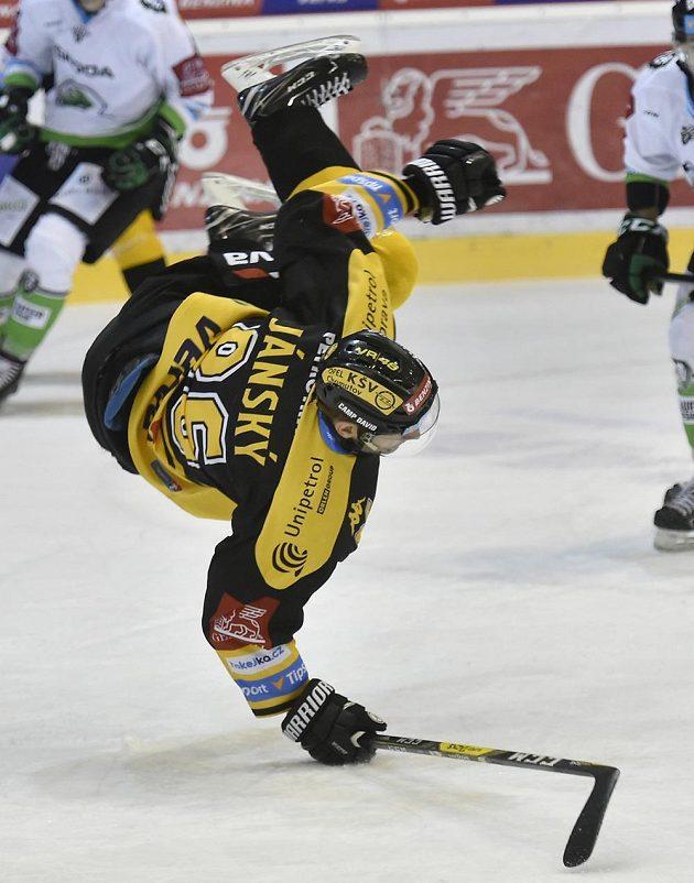 Faulovaný Peter Jánský z Litvínova v utkání s Mladou Boleslaví.