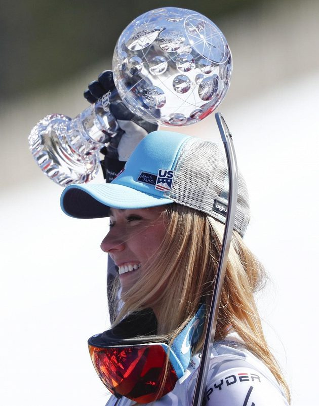 Americká lyžařská hvězda Mikaela Shiffrinová s křišťálovým glóbem.