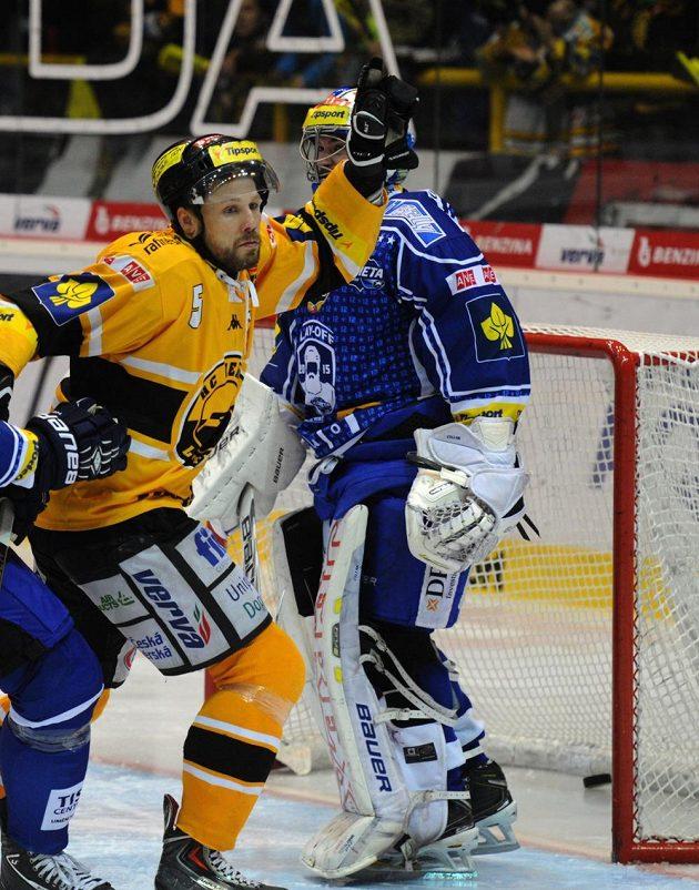 Litvínovský kapitán Michal Trávníček (vlevo), za ním brankář Brna Marek Čiliak, střílí vedoucí gól úvodního semifinále play off.
