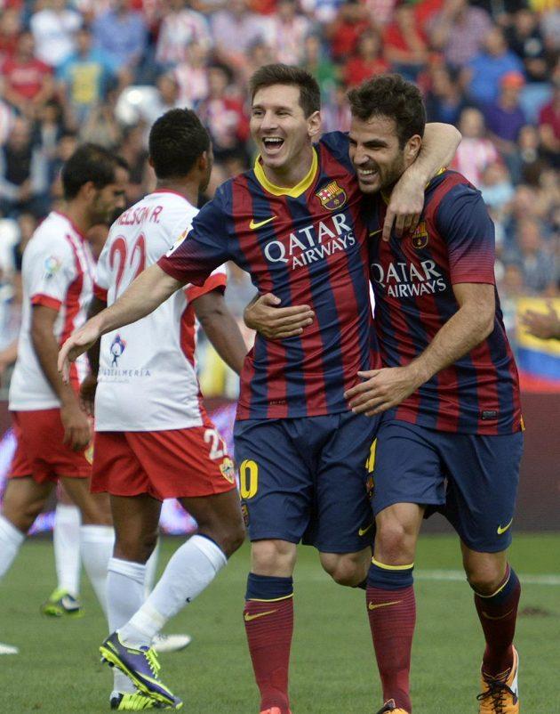 Lionel Messi a Cesc Fábregas slaví gól Barcelony na hřišti Almeríe.