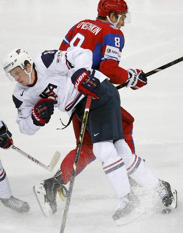 Ruský kanonýr Alexandr Ovečkin obchází bránící amerického zadáka Jacoba Troubu.