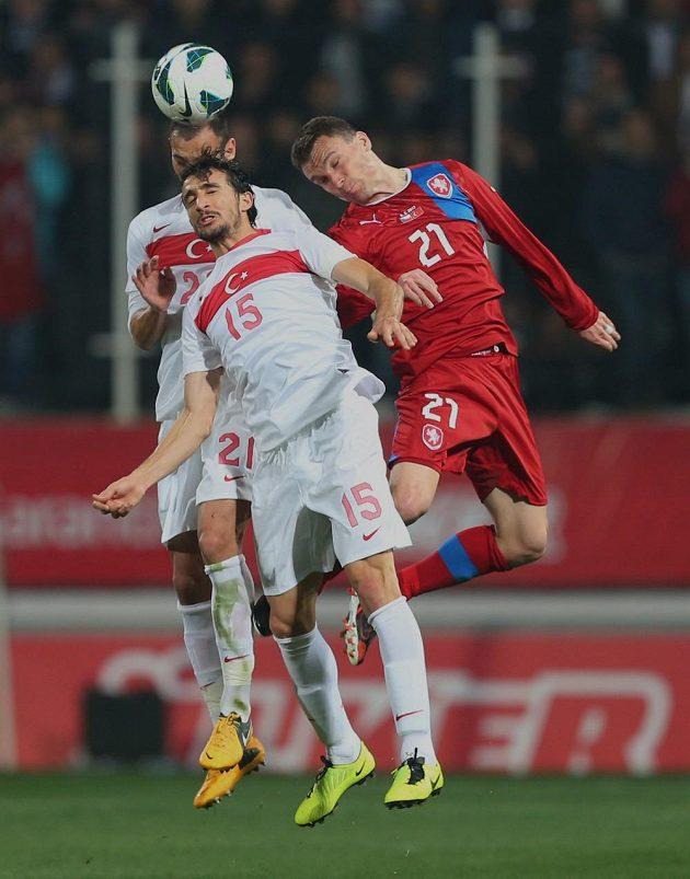 Střelec druhého českého gólu David Lafata (vpravo) ve vzdušném souboji s Toprakem Ömerem (uprostřed) a Mehmetem Topalem.