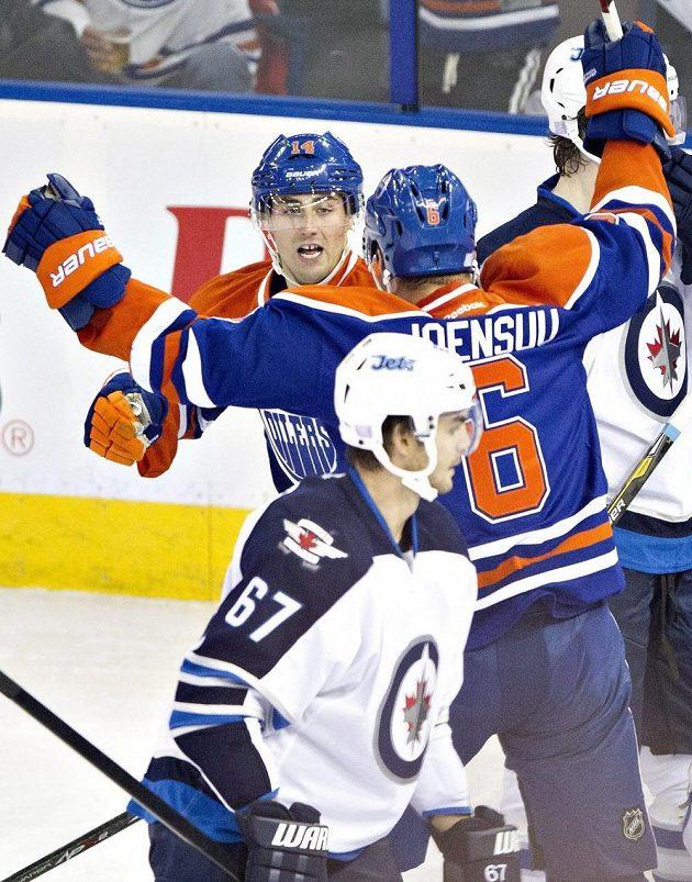 Michael Frolík (vpředu) sleduje nadšení hráčů Edmontonu z gólu proti Winnipegu.