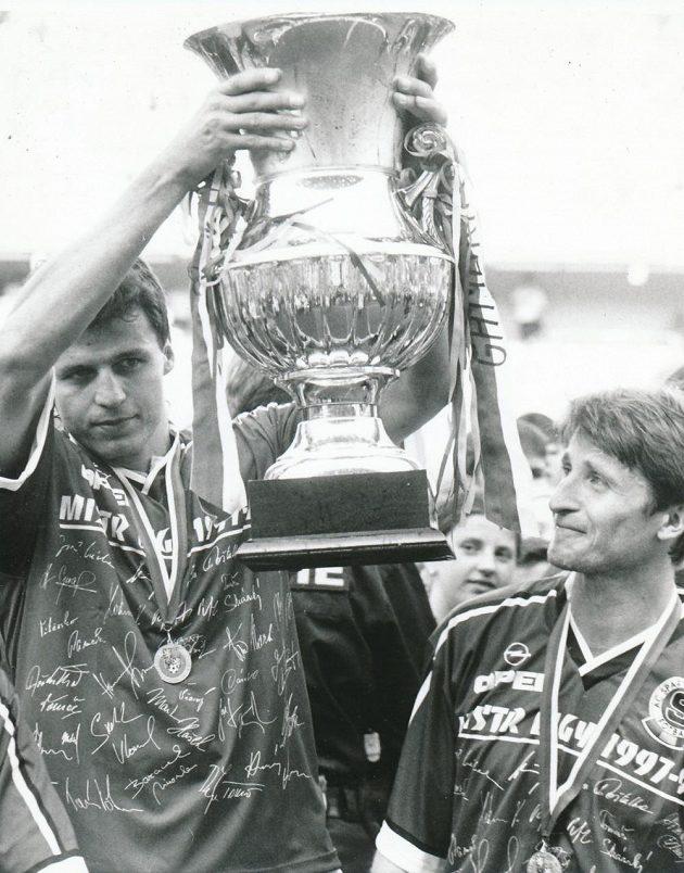 Vratislav Lokvenc (vlevo) a Michal Horňák s pohárem pro mistry. Horňák se z titulu radoval celkem desetkrát!