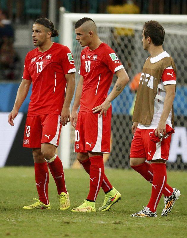 Zklamaní švýcarští hráči po porážce s Francií. Vlevo Ricardo Rodriguez, uprostřed Granit Xhaka.