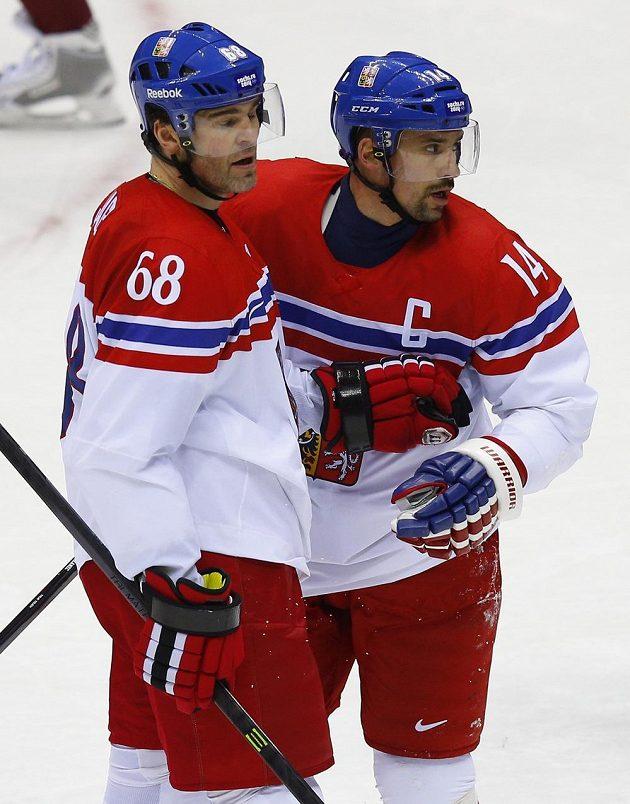 Čeští hokejisté Jaromír Jágr (vlevo) a Tomáš Plekanec se radují z gólu proti Lotyšsku.