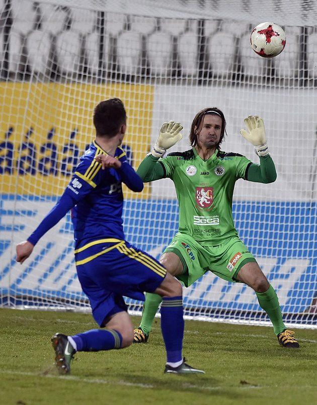 Davis Ikaunieks z Jihlavy dává druhý gól brankáři Hradce Radimu Ottmarovi.