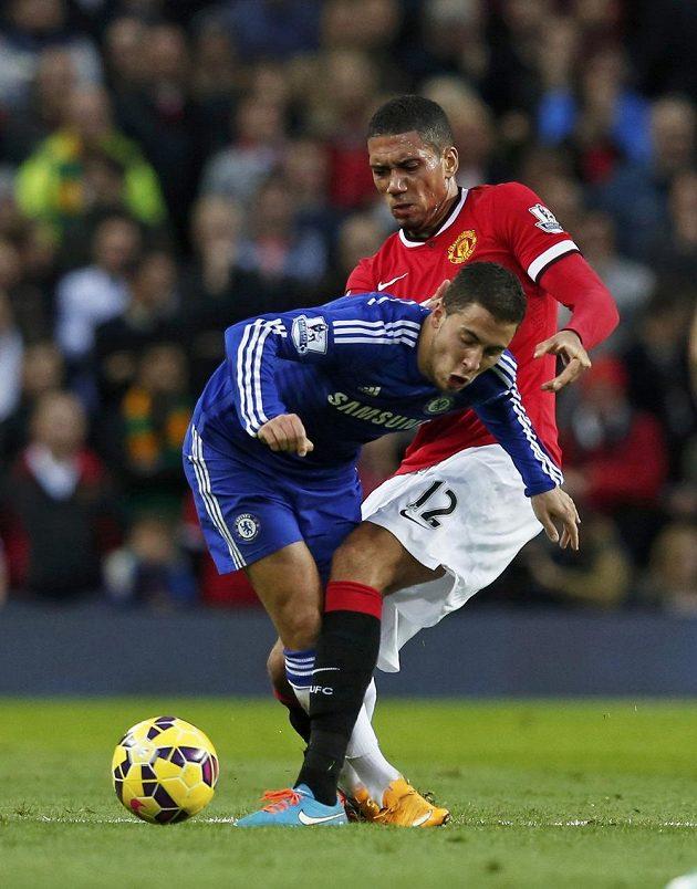 Obránce Rudých ďáblů Chris Smalling brání ve šlágru 9. kola Premier League záložníka Chelsea Edena Hazarda.