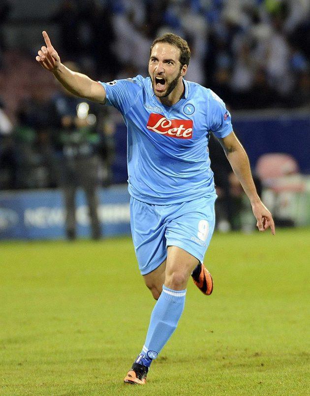 Utočník Neapole Gonzalo Higuaín se raduje po gólové trefě do sítě Olympique Marseille.
