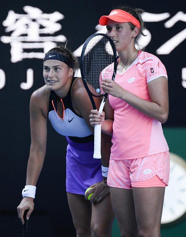 Běloruska Aryna Sabalenková (vlevo) a Elise Mertensová z Belgie ve finále čtyřhry na Australian Open v Melbourne.