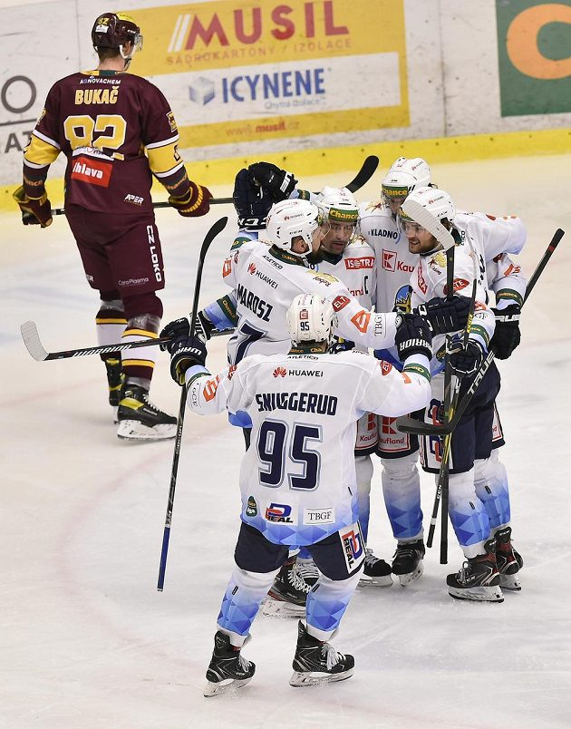 Radost kladenských hokejistů z gólu ve čtvrtém finále první ligy proti Jihlavě.
