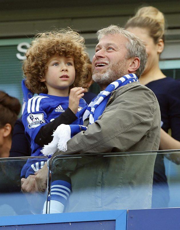 Majitel Chelsea Roman Abramovič se raduje z titulu svého týmu spolu se synem Aaronem.