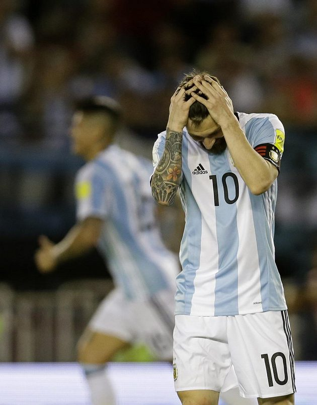 Argentinec Lionel Messi sice rozhodl o výhře v kvalifikaci o postup na MS 2018 nad Chile, když proměnil penaltu. Žádná krasojízda to ale v podání Argentiny nebyla a Messi se během utkání tvářil mnohdy spíše zoufale než radostně.