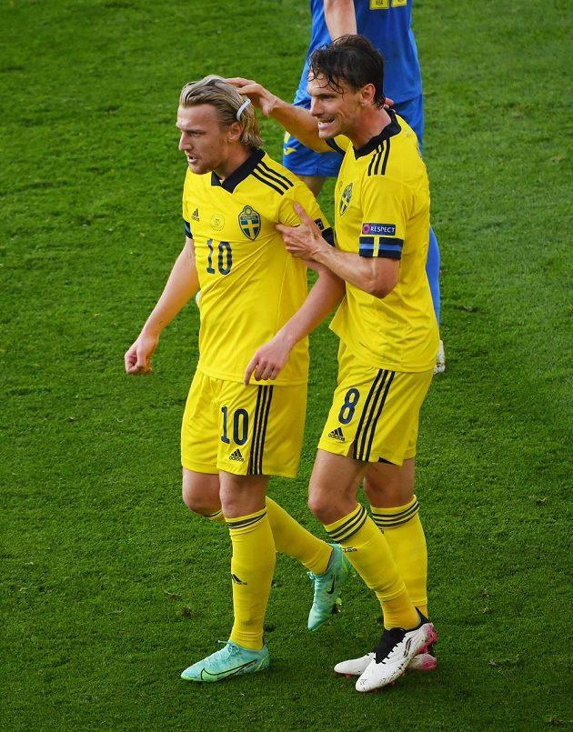 Švédská radost po gólu proti Ukrajině. Zleva Emil Forsberg a Albin Ekdal.