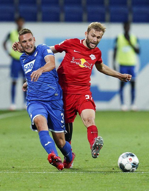 Zleva Pavel Kadeřábek z Hoffenheimu a Konrad Laimer z Lipska.