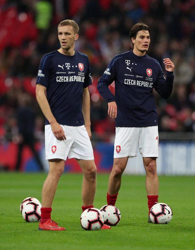 Tomáš Souček a Patrik Schick při rozcvičení před zápasem s Anglií.