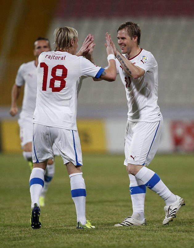 František Rajtoral (vlevo) gratuluje Tomáši Hübschmanovi k brance proti Maltě.