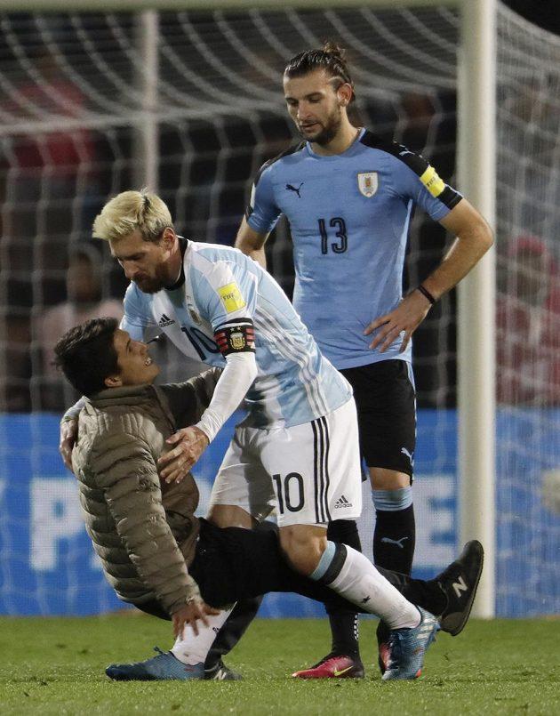 Lionel Messi (10) a další aktéři kvalifikačního utkání Argetina - Uruguay zažili nezvyklý moment. Vpravo Gaston Silva.