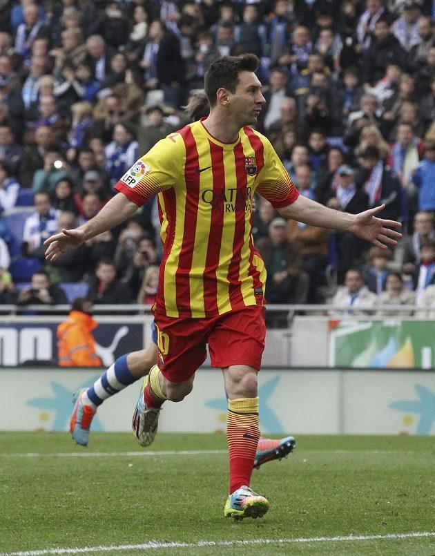 Barcelonský Lionel Messi slaví svůj gól v derby na hřišti Espaňolu.