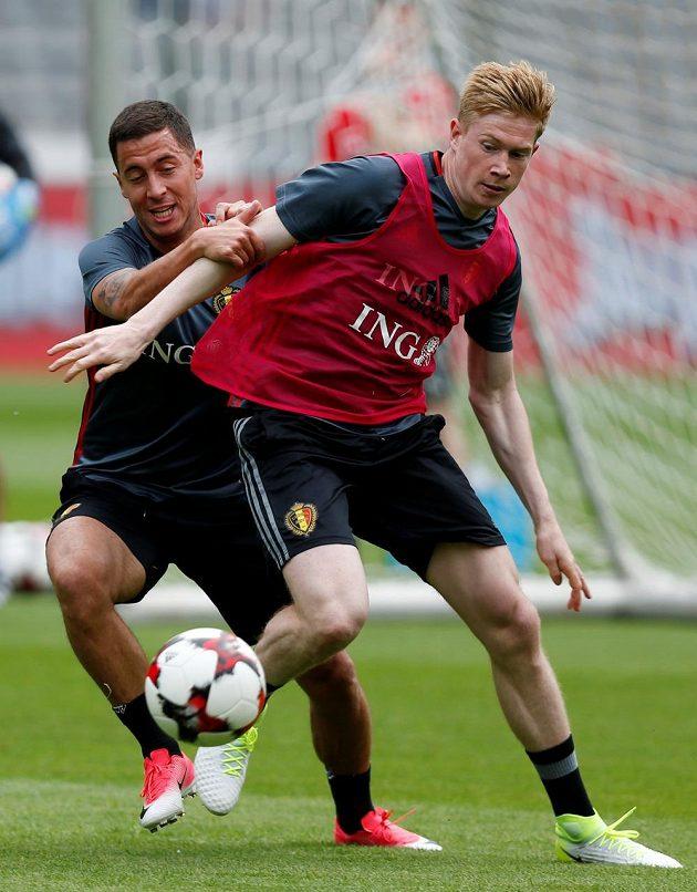 Belgické hvězdy Eden Hazard (vlevo) a Kevin De Bruyne na tréninku.