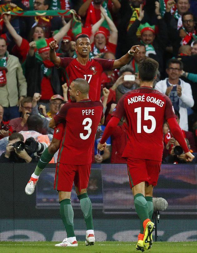 Portugalci slaví gól proti Islandu. Vzadu je střelec branky Nani, radují se i Pepe a André Gomes.