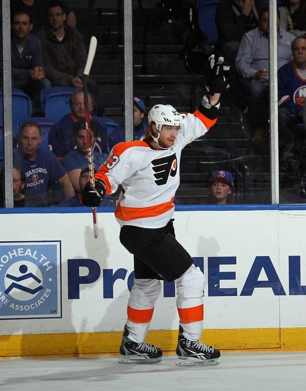 Jakub Voráček slaví gól do sítě Jevgenije Nabokova z NY Islanders.