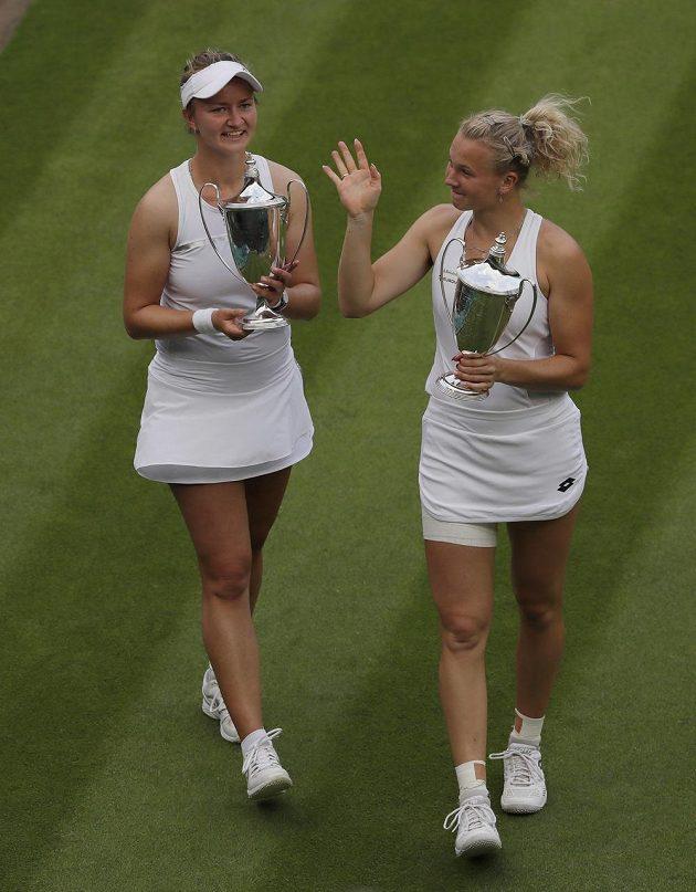 Barbora Krejčíková (vlevo) a Kateřina Siniaková s trofejemi pro vítězky wimbledonské čtyřhry.