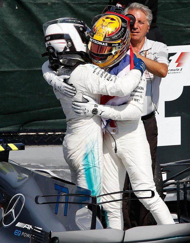 Lewis Hamilton z Mercedesu a jeho týmový kolega Valtteri Bottas. Oba poznali při Velké ceně Kanady stupně vítězů.