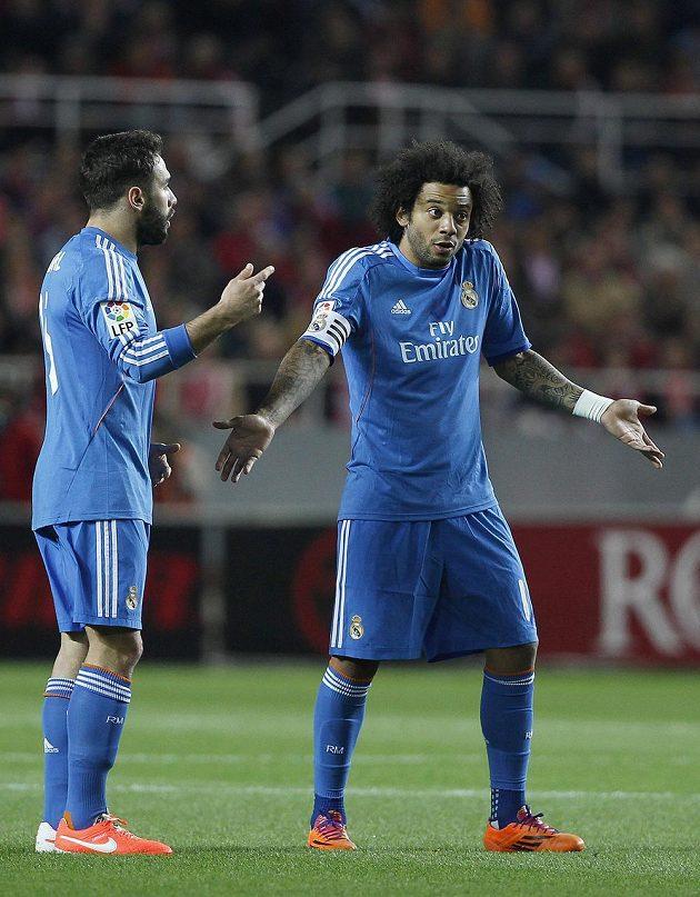Obránci Realu Madrid Marcelo Vieira (vpravo) a Daniel Carvajal v utkání se Sevillou.