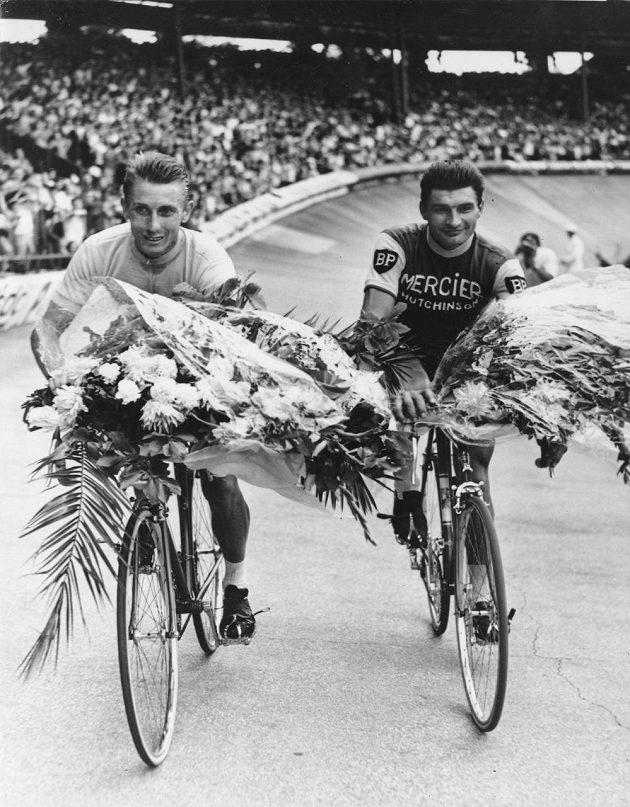 Snímek z roku 1964: vlevo Jacques Anquetil při pátém triumfu na Tour de France, vpravo věčně druhý Raymond Poulidor.