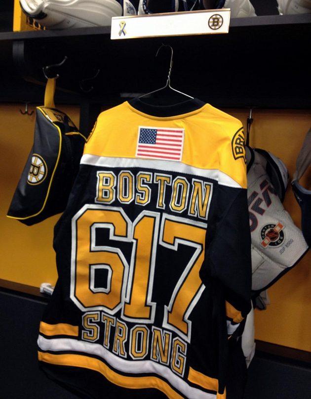Speciální dres bostonského hokejisty Jaye Pandolfa k utkání proti Buffalu, který vybízí k semknutí celého Bostonu proti teroristickému útoku.