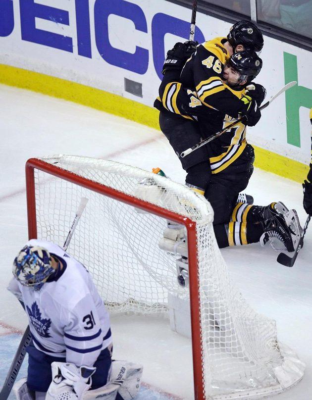 Bostonští Jake DeBrusk a David Krejčí (46) se radují z gólu proti Torontu.