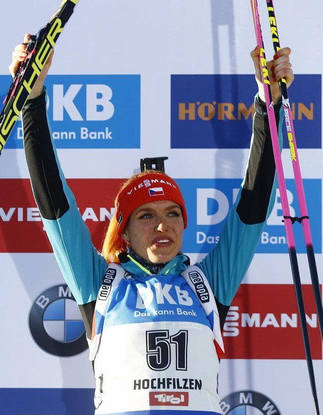 Gabriela Koukalová na pódiu po vytrvalostním závodě na 15 kilometrů na MS v Hochfilzenu.