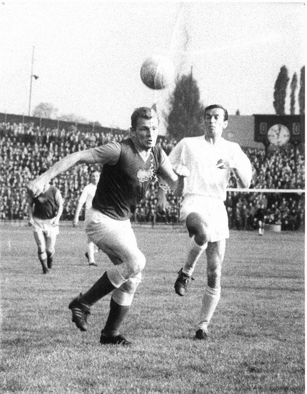 Momentka ze zápasu Baníku Ostrava s Duklou Praha z roku 1963.