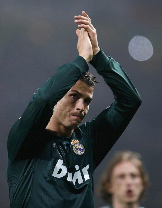 Cristiano Ronaldo děkuje fanouškům Manchesteru United za přijetí.
