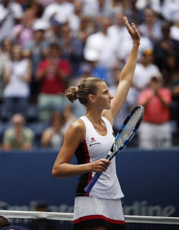 Karolína Plišková mává divákům na US Open.