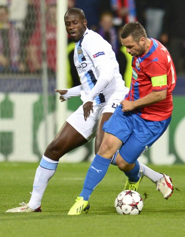 Yaya Touré (vlevo) z Manchester City a Pavel Horváth z Plzně v úvodním kole Ligy mistrů.