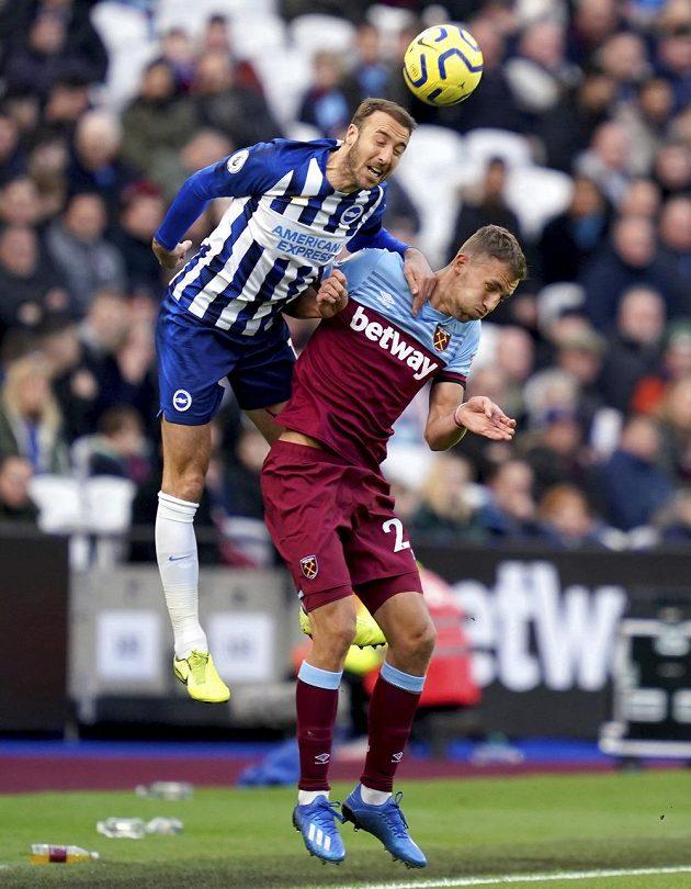 Tomáš Souček (vpravo) při své premiéře za West Ham ve vzdušném souboji s Glennem Murraym z Brightonu.