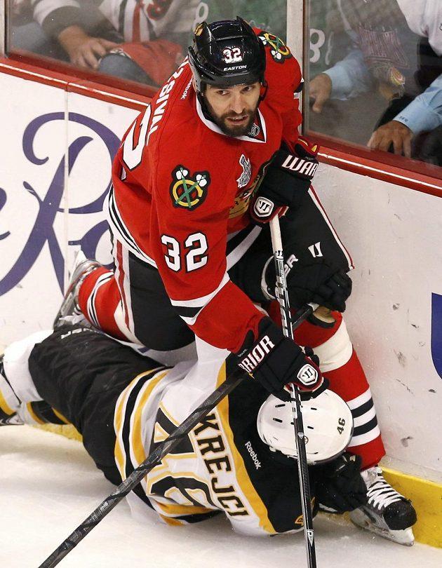 Češi v akci! Obránce Chicaga Michal Rozsíval povalil na led Medvěda Davida Krejčího.