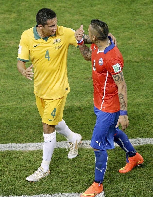 Australan Tim Cahill (vlevo) ve vášnivé diskuzi s Arturem Vidalem z Chile.