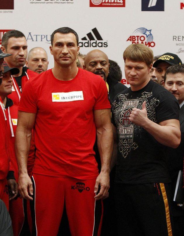 Ukrajinec Vladimir Kličko (vlevo) a Alexander Povětkin z Ruska.