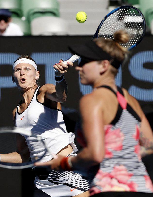 Soustředěný výraz Lucie Šafářové (vlevo) při finále ženské čtyřhry na Australian Open.