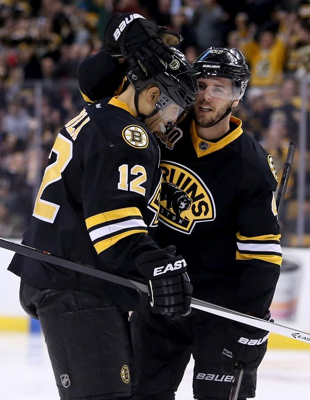 Hokejista Bostonu David Krejci (vpravo) se raduje se spoluhráčem Jaromem Iginlou z gólu proti Edmontonu.