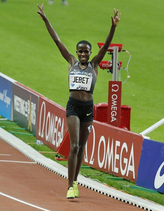 Bahrajnská atletka Ruth Jebetová právě překonala světový rekord na trati 3000 metrů překážek.