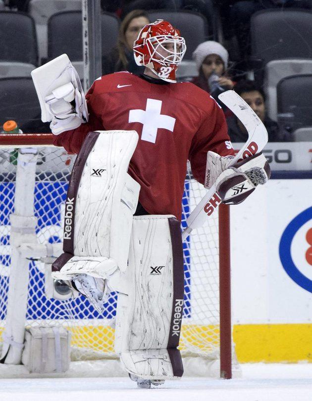 Švýcarský brankář Gauthier Descloux slaví výhru nad Českem na MS hráčů do dvaceti let.