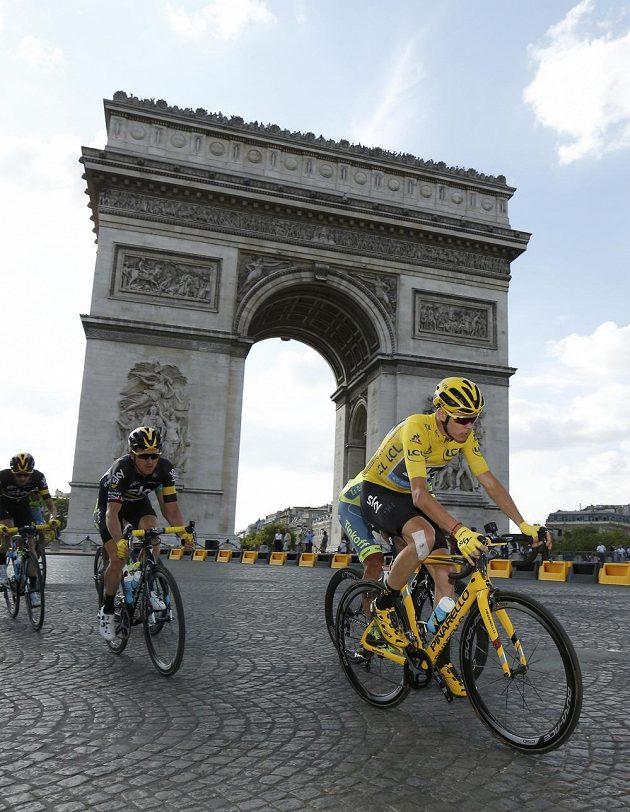 Šampión Tour de France Chris Froome s kolegy z týmu Sky u Vítězného oblouku v Paříži v poslední etapě závodu.