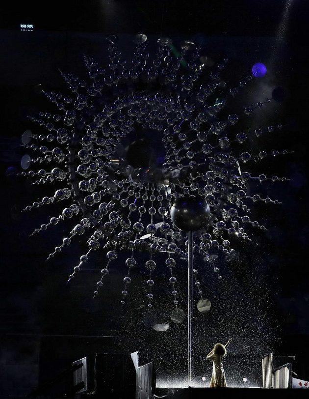 Během písně, kterou zpívala Mariene de Costaová, pohasl olympijský oheň.