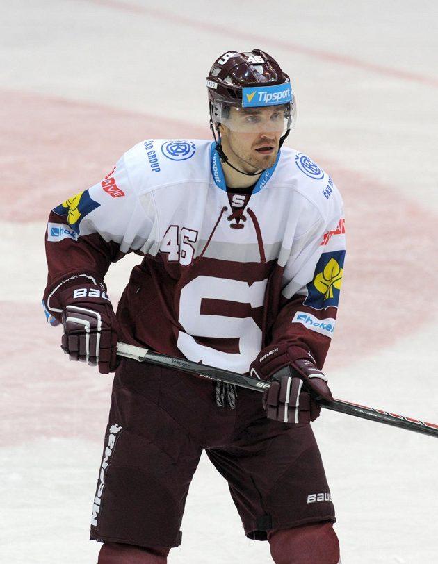Sparťanský útočník Petr Kumstát se na ledě Litvínova střelecky prosadil.