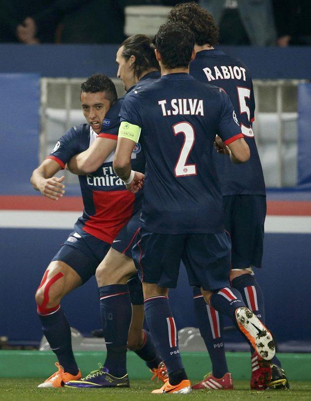 Marquinhos (zcela vlevo) z Paris St. Germain oslavuje se spoluhráči vyrovnávací gól proti Leverkusenu.